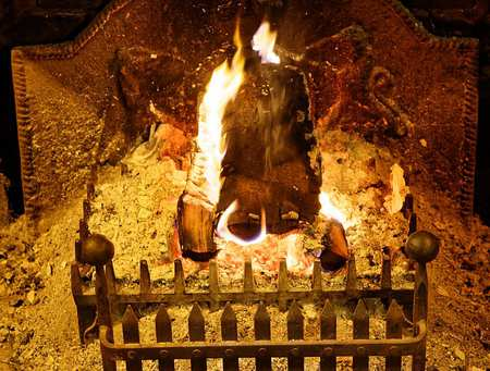 Open_fire_in_hearth_grate_at_The_Black_Horse_Inn,_Nuthurst,_West_Sussex.jpg